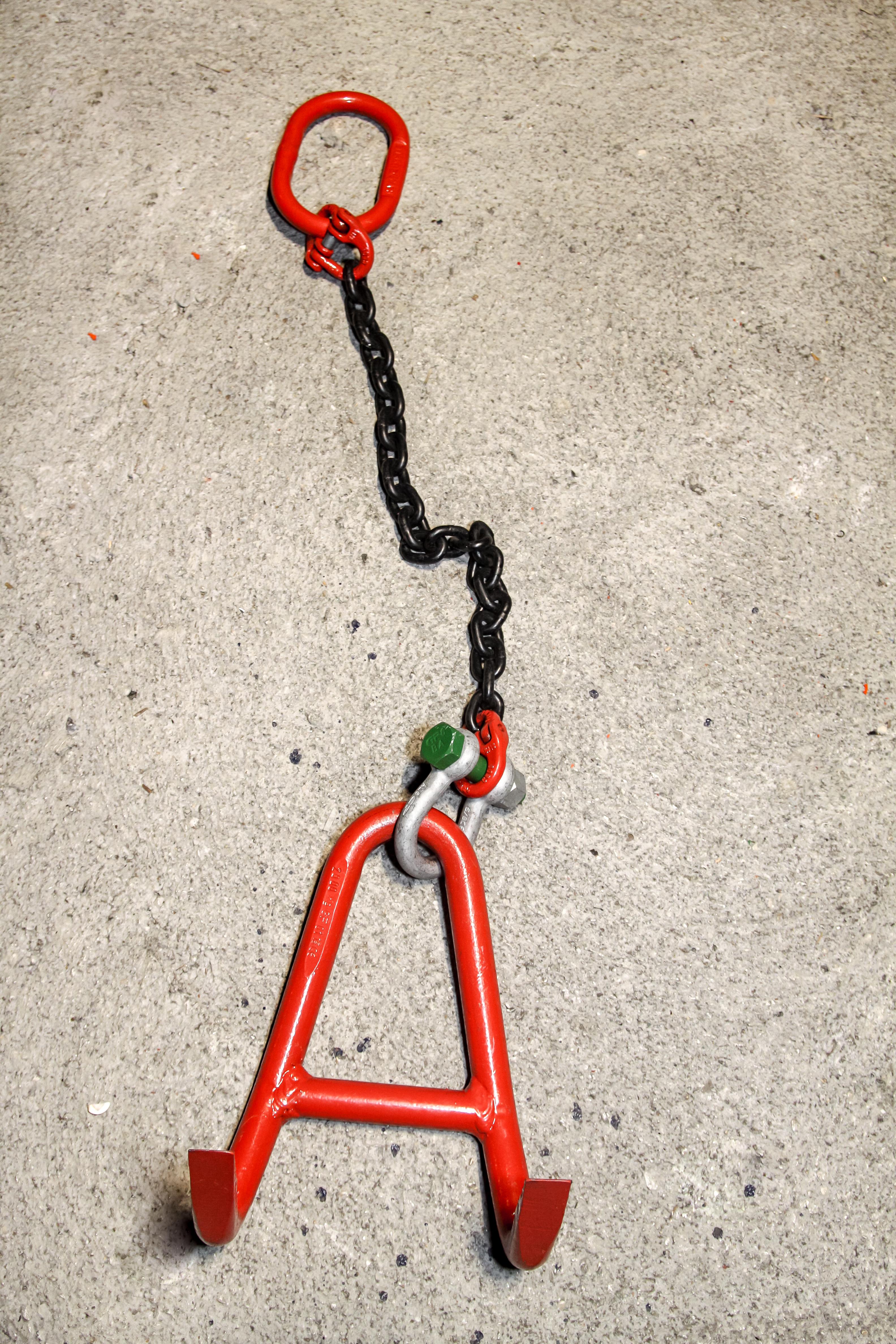 Enostremenska veriga z obesnim clenom, skopcem in horizontalnim prijemalom plocevine